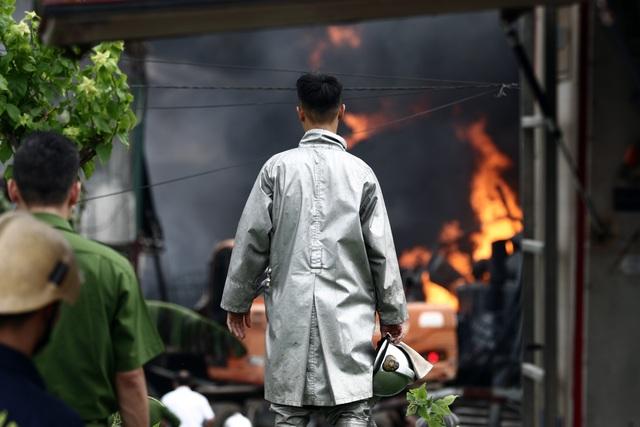 Hà Nội: Cháy lớn gần tổng kho xăng dầu, thùng hóa chất văng xa trăm mét - 9