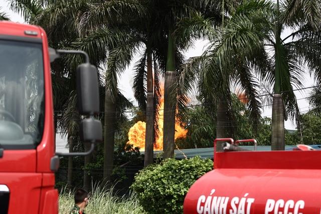 Hà Nội: Cháy lớn gần tổng kho xăng dầu, thùng hóa chất văng xa trăm mét - 2
