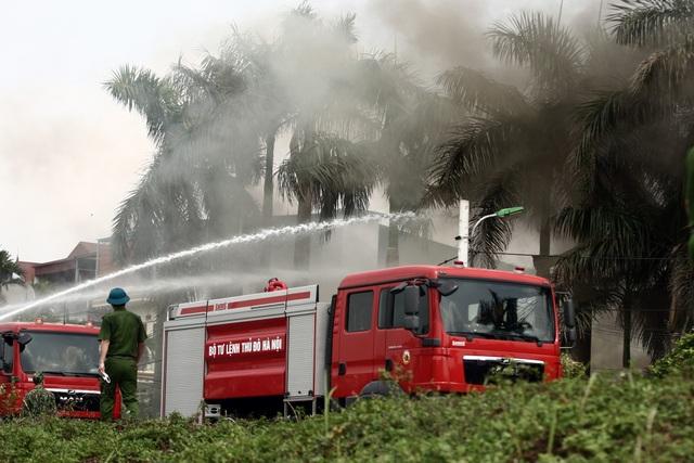 Hà Nội: Cháy lớn gần tổng kho xăng dầu, thùng hóa chất văng xa trăm mét - 11