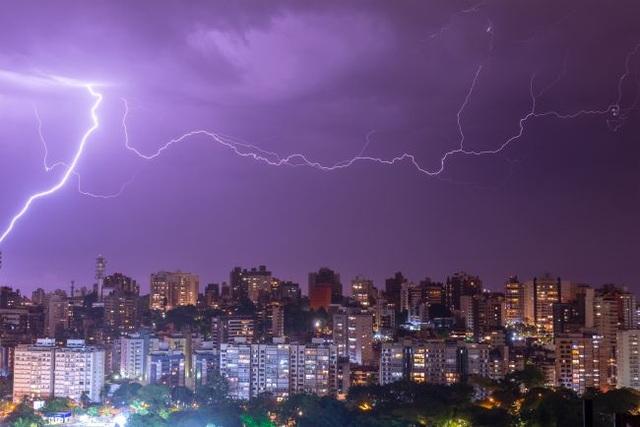 Kỷ lục sét đánh dài hơn 700 km ở Brazil - 1
