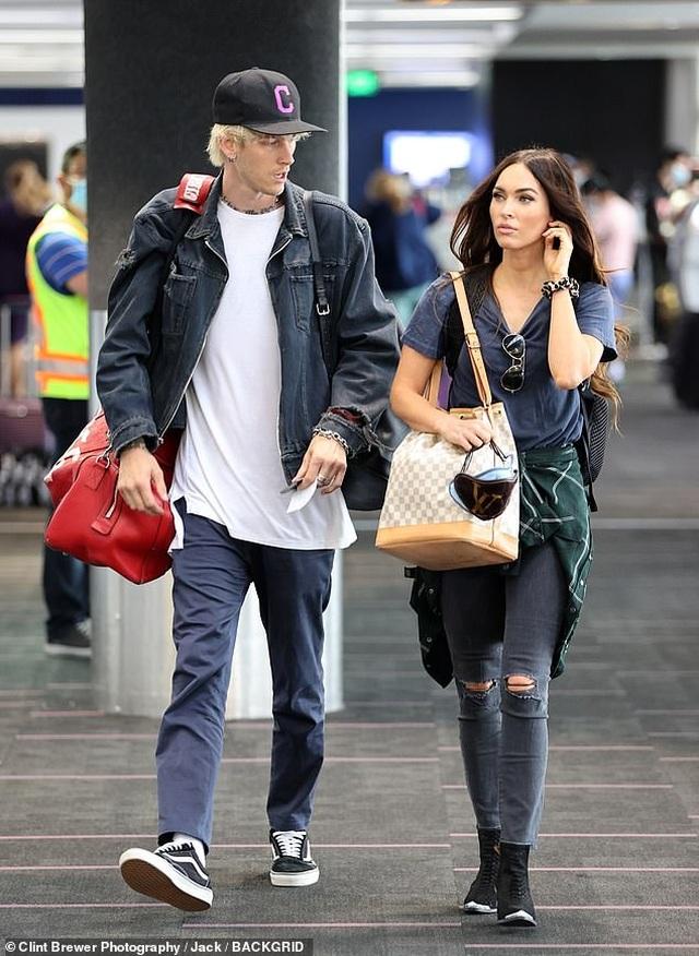 Megan Fox ôm chặt bồ trẻ tại sân bay - 1