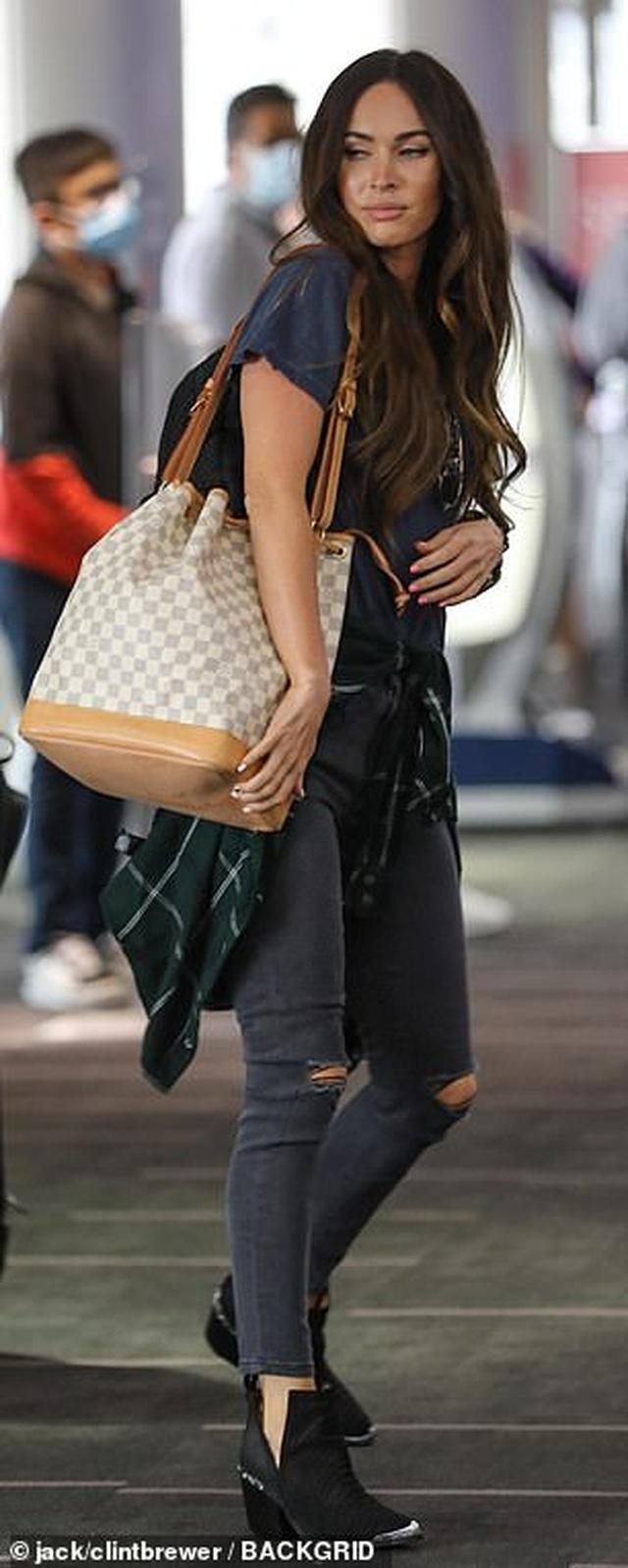 Megan Fox ôm chặt bồ trẻ tại sân bay - 4