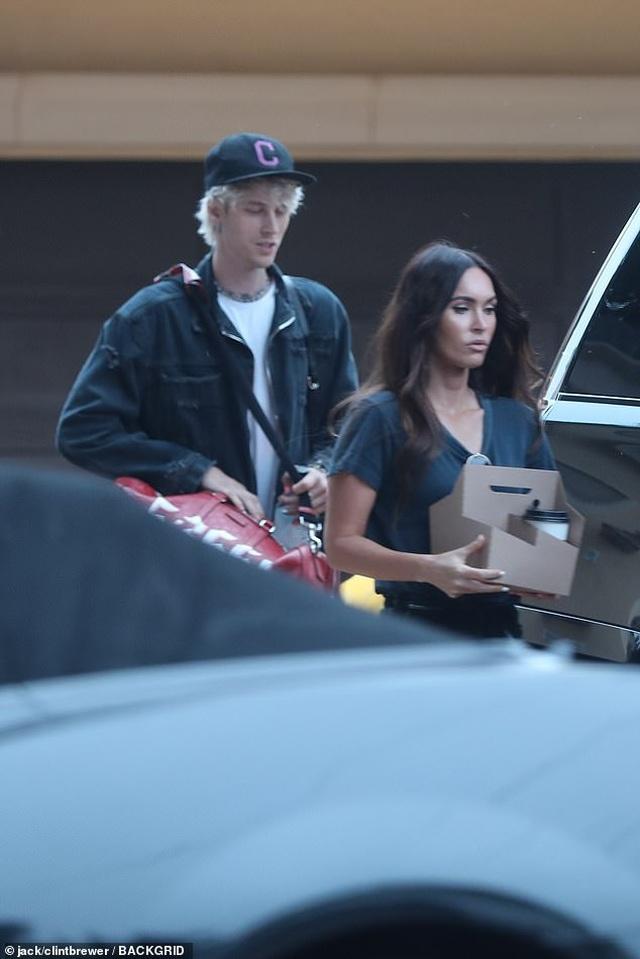 Megan Fox ôm chặt bồ trẻ tại sân bay - 3