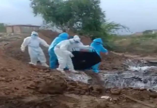 Tranh cãi video thi thể nạn nhân Covid-19 bị vứt xuống hố - 1