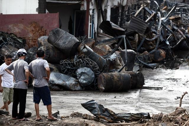 Vụ cháy ở Long Biên: Bồn chứa rò rỉ hóa chất, nhiều thùng phuy phát nổ - 1