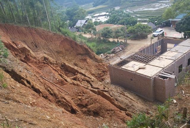 Sơ tán khẩn cấp 38 người khỏi khu vực núi nứt nguy hiểm - 1