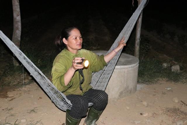 Xót ruột vì cây héo khô, người trồng chè thức trắng đêm tưới nước - 11
