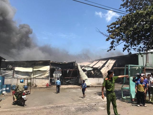 Công ty gỗ rộng 5.000 m2 đang cháy lớn - 2