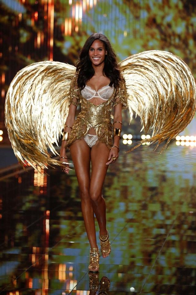 Mê mẩn đôi chân dài của Cindy Bruna - 8