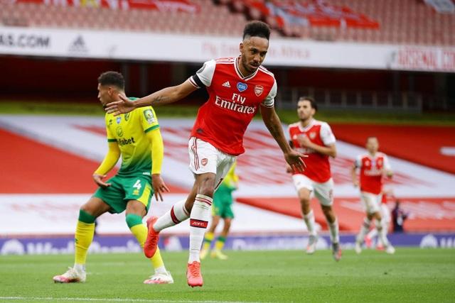 Arsenal 4-0 Norwich: Aubameyang được tặng hai bàn thắng - 1