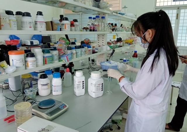 Hai nữ sinh lớp 11 nghiên cứu khả năng kháng đái tháo đường của cây lá gai - 2