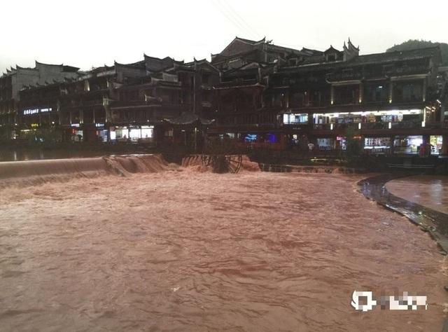 Phượng Hoàng cổ trấn gần đập Tam Hiệp ngập trong nước lũ - 2