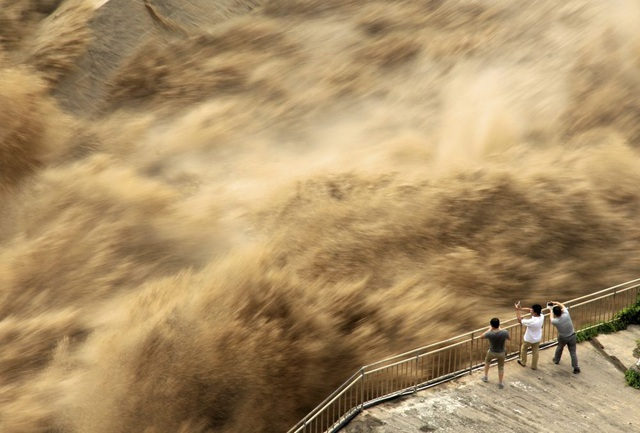 Bùn lầy chảy từ cửa sổ nhà dân như thác nước tại Trung Quốc - 5