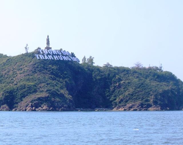Tượng Đức Thánh Trần bên cửa biển Quy Nhơn bảo vệ tàu thuyền ngư dân - 2