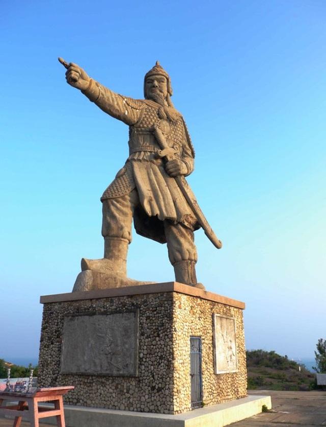 Tượng Đức Thánh Trần bên cửa biển Quy Nhơn bảo vệ tàu thuyền ngư dân - 1