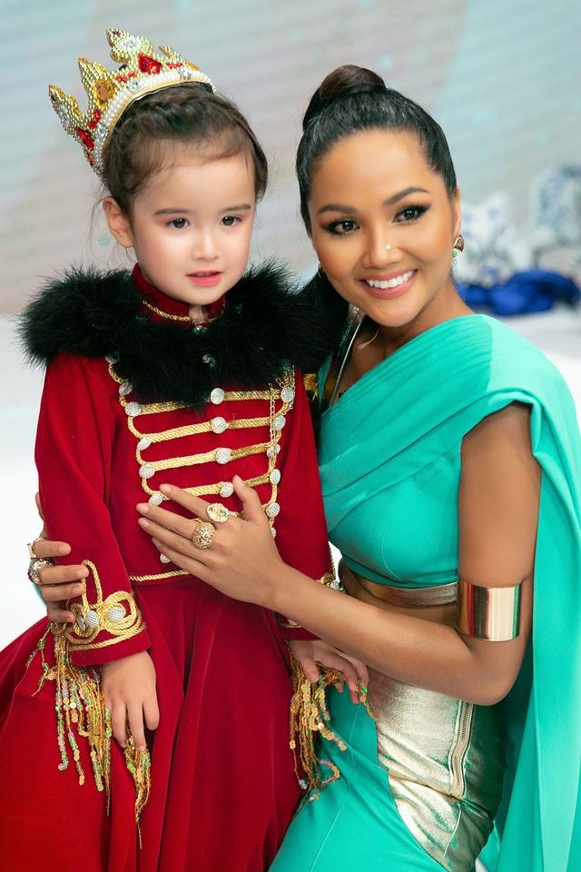 H'Hen Niê múa lụa khi hóa thân thành công chúa Jasmine - 9