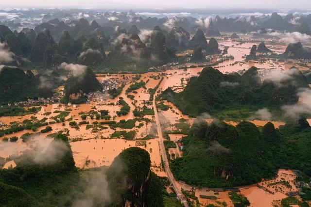 Bùn lầy chảy từ cửa sổ nhà dân như thác nước tại Trung Quốc - 3