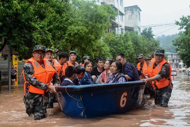Bùn lầy chảy từ cửa sổ nhà dân như thác nước tại Trung Quốc - 2