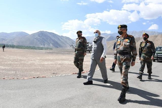 Thủ tướng Ấn Độ bất ngờ thăm căn cứ quân sự sát biên giới Trung Quốc - 1