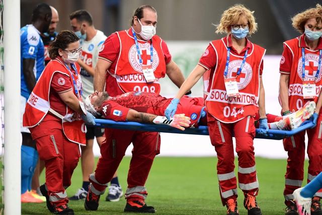 Cựu thủ môn Arsenal gặp chấn thương kinh hoàng sau nỗ lực cản phá bóng - 4