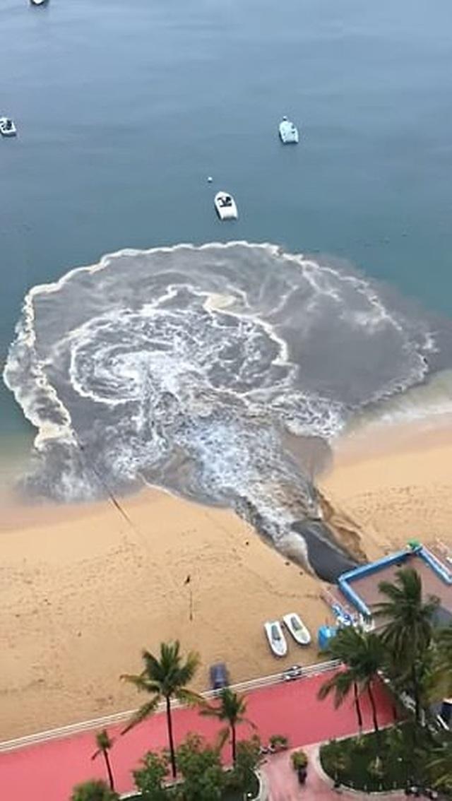 Dòng nước thải đen ngòm xả thẳng xuống biển, gây hoang mang dư luận - 1