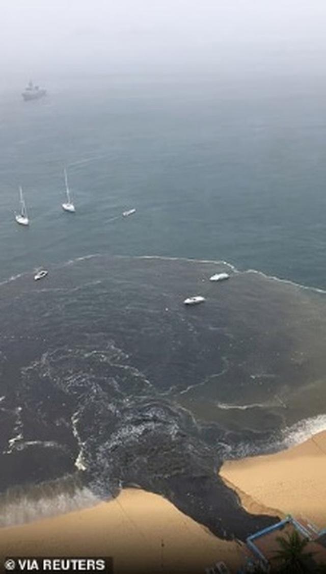 Dòng nước thải đen ngòm xả thẳng xuống biển, gây hoang mang dư luận - 3