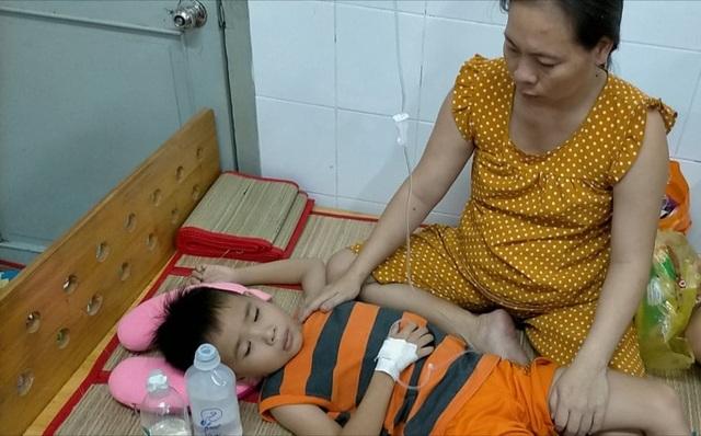 Thương bé trai 9 tuổi chưa được đến trường vì đang phải lấy viện làm nhà - 3