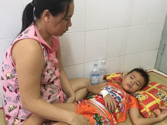Thương bé trai 9 tuổi chưa được đến trường vì đang phải lấy viện làm nhà - 7