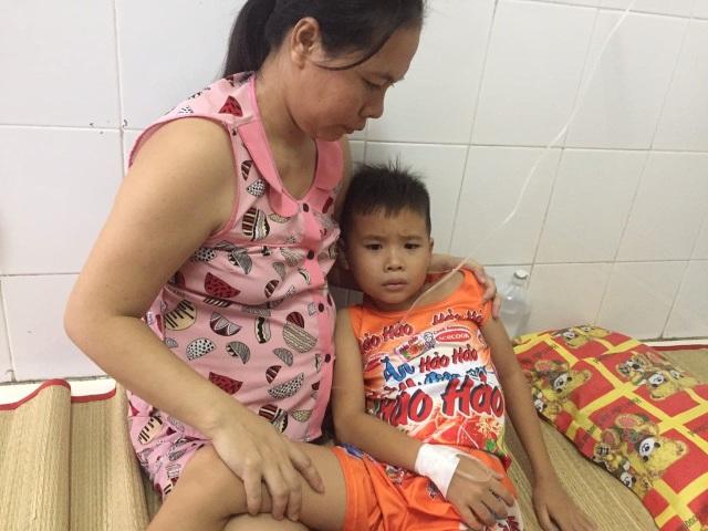 Thương bé trai 9 tuổi chưa được đến trường vì đang phải lấy viện làm nhà - 1