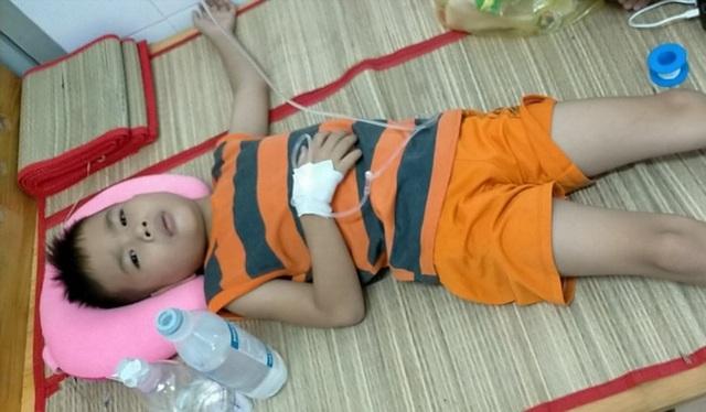 Thương bé trai 9 tuổi chưa được đến trường vì đang phải lấy viện làm nhà - 2