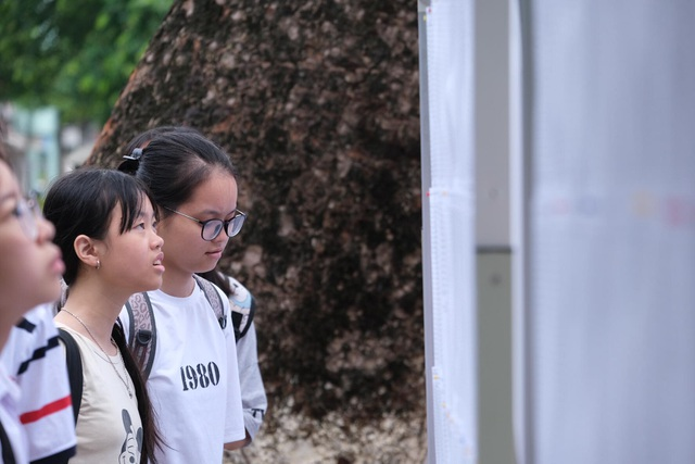 Hà Nội: 4.000 học sinh đội mưa giành vé vào lớp 10 THPT chuyên Ngoại ngữ - 2