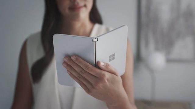 Sếp Microsoft trên tay sớm smartphone màn hình kép với thiết kế độc đáo - 1