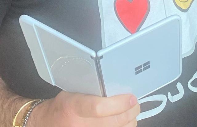 Sếp Microsoft trên tay sớm smartphone màn hình kép với thiết kế độc đáo - 3