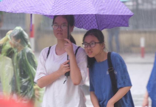 Hà Nội: 4.000 học sinh đội mưa giành vé vào lớp 10 THPT chuyên Ngoại ngữ - 1