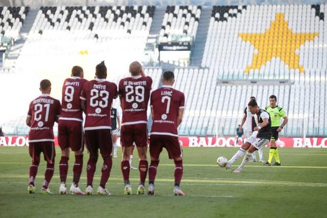 Lập siêu phẩm sút phạt, C.Ronaldo tạo nên kỳ tích ở Juventus - 1