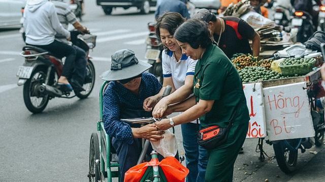 Tấm áo, bữa cơm thơm thảo giúp người khó khăn ở Đà Nẵng - 4