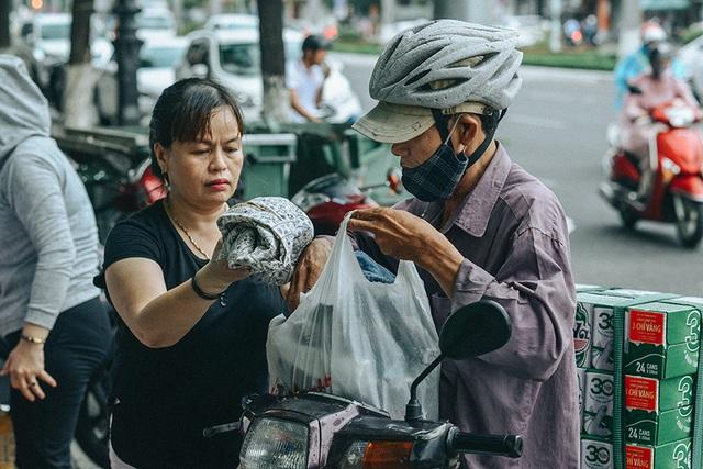 Tấm áo, bữa cơm thơm thảo giúp người khó khăn ở Đà Nẵng - 3