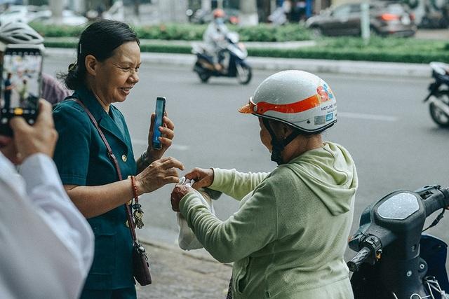 Tấm áo, bữa cơm thơm thảo giúp người khó khăn ở Đà Nẵng - 5