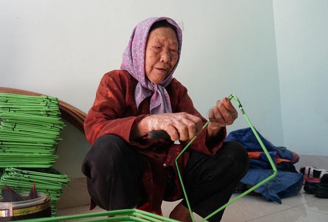 Cảm phục cụ bà gần 90 tuổi ra đồng thấy khỏe hơn ở nhà - 3
