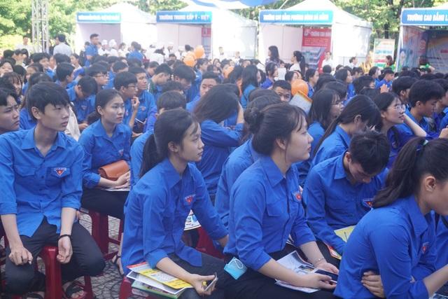 Hơn 1.000 học sinh, lao động tham gia tư vấn, tìm việc làm - 1