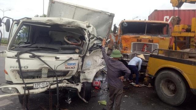 Tình huống ô tô tải đấu đầu xe container giữa ngã tư gây tranh cãi - 1