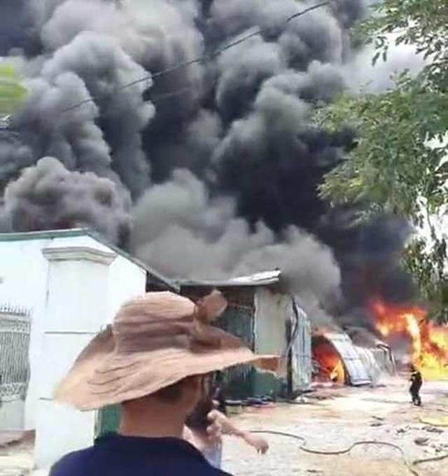 Đang cháy lớn trong khu công nghiệp tại Thanh Hóa - 3