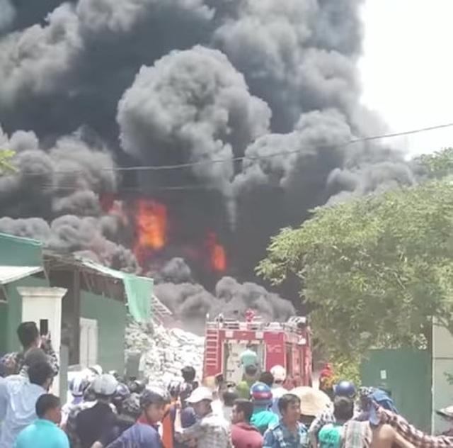 Đang cháy lớn trong khu công nghiệp tại Thanh Hóa - 4