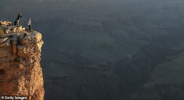 Chỉ vì chụp ảnh, một người phụ nữ thiệt mạng tại hẻm núi Grand Canyon - 1