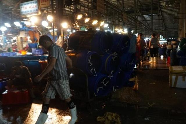 Vui buồn nghề cửu vạn ở chợ đêm Sài Gòn - 2