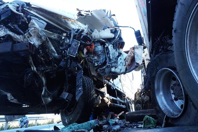 Xe tải nát bét đầu sau cú tông xe container, 3 người thương vong - 2