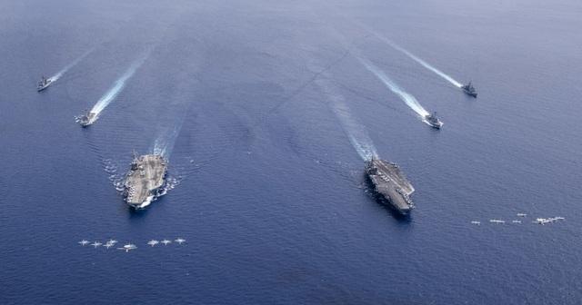 Màn phô diễn sức mạnh của 2 tàu sân bay Mỹ tập trận tại Biển Đông - 1