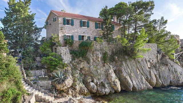 Vẻ đẹp hiếm có của biệt thự cổ bằng đá 700 tuổi trên bán đảo hoang - 1