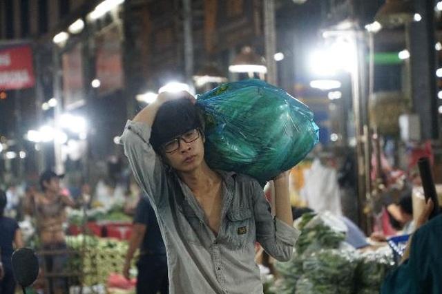 Vui buồn nghề cửu vạn ở chợ đêm Sài Gòn - 3