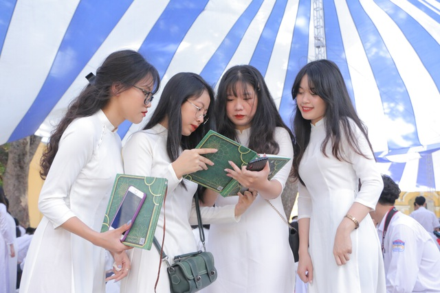 Vẻ đẹp tinh khôi của nữ sinh trường Chu Văn An trong ngày bế giảng - 14